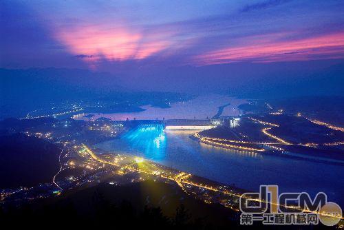 航运:三峡水库将显著改善宜昌至重庆660公里的长江航道,万吨级船队可