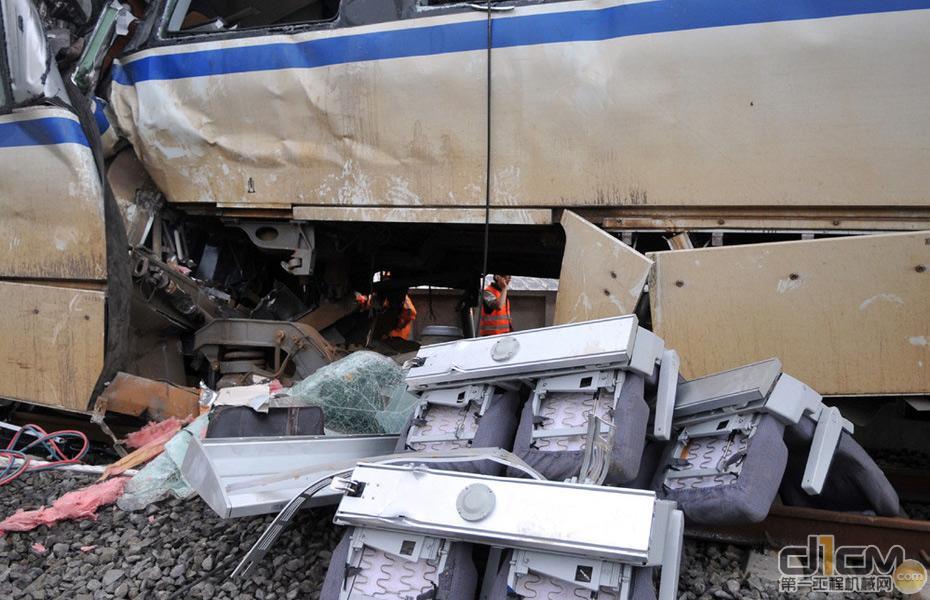 温州动车追尾脱轨事故 工程机械给力救援