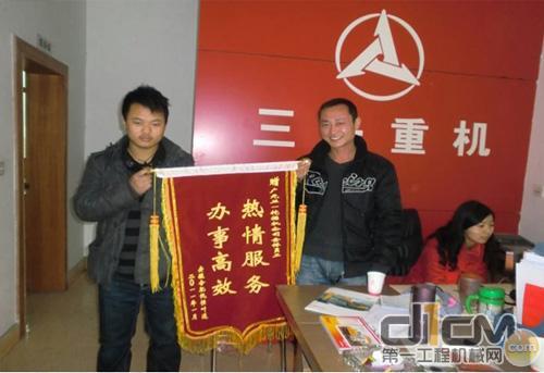 丁垚/客户张桂金赠送的锦旗,表扬服务工程师丁垚服务周到