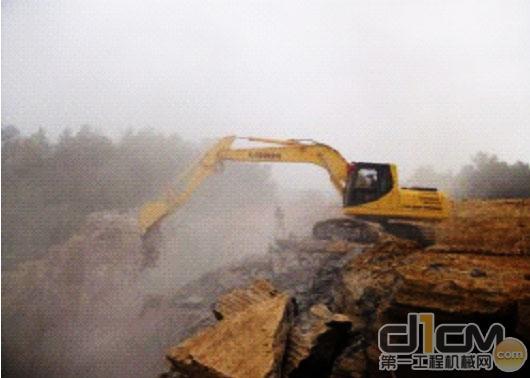 力士德挖掘机在高山峻岭施工