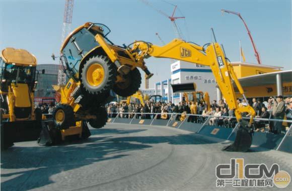JCB挖掘装载机在亦庄展场起舞
