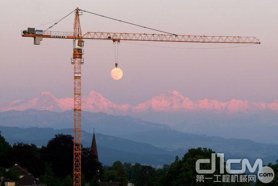 在这张令人惊叹的照片里,月球看起来像是悬吊在一部起重机上。