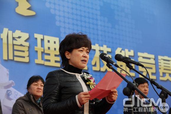 徐州重型机械有限公司党委书记、纪委书记、工会主席徐筱慧主持开幕式