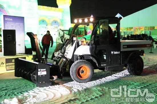 山猫5600多功能工具车搭配吹雪机附件图片