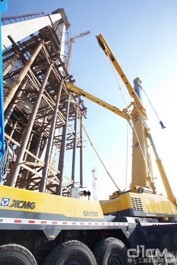 徐工重型qay500起重机助力滨海大桥建设高清图片
