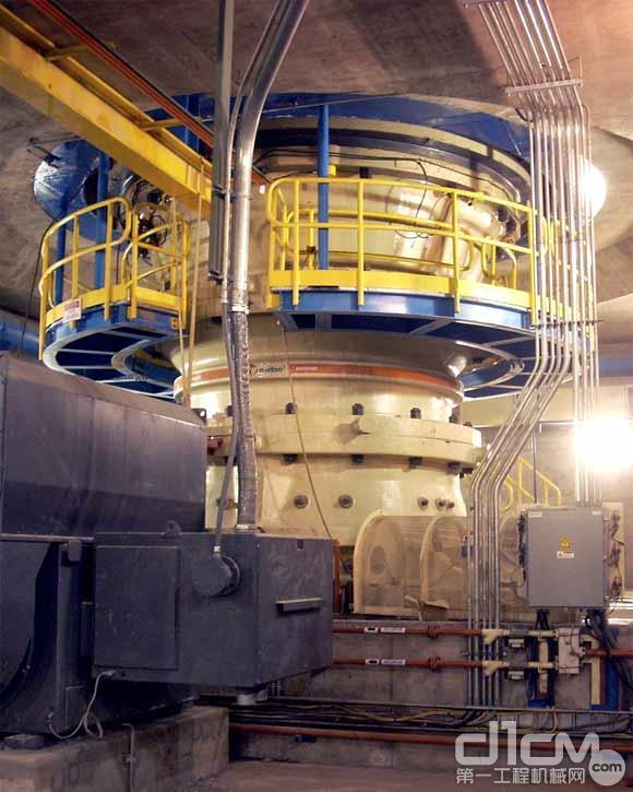 美卓矿机三台大型MP1250系列矿用圆锥破碎机将在智利Codelco Chuquicamata和Mina Sur矿场落户 根据该合同,美卓矿机将提供三台自主研发的大型圆锥破碎机。其中MP1250系列圆锥破碎机的操作重量超过150吨,该破碎机能为该项目提供每小时1800吨的矿石处理能力。 我们为能够接到这样的订单感到非常激动,Codelco Chuquicamata是智利最重要的矿业企业之一,他们选择美卓矿机的圆锥破碎机来提高他们项目的产能,美卓矿机破碎筛分南方大区负责人Renato Verdejo说道