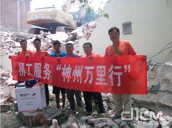 柳工服务工程师与刘建峰模范机手现场的亲切合影
