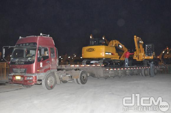 雷沃挖掘机正在连夜装车发运-新春传捷报 雷沃重工挖掘机上演开门红