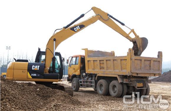 挖机装车作业-D2GC型液压挖掘机评测