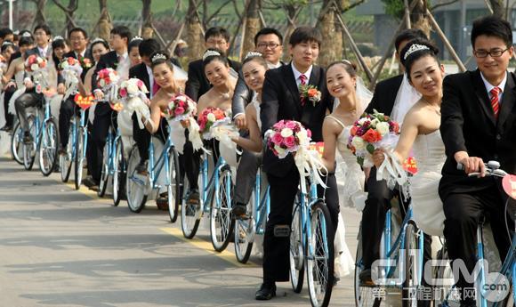 新人骑自行车入婚礼现场高清图片