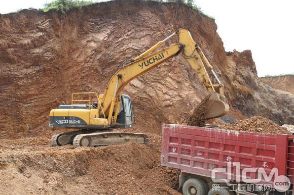 YC230-8挖掘机装车作业-玉柴挖机服务月 年青玉柴挖掘机老板的致富