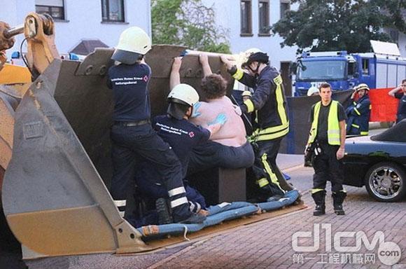 卡特装载机大材小用 凿墙搭救400磅肥胖男子