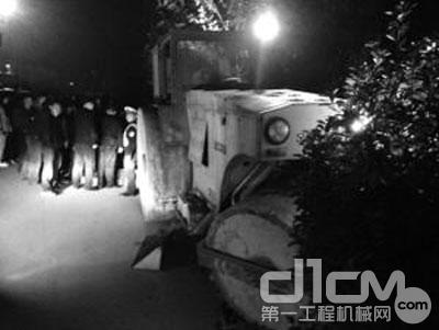 疯狂男子酒后开压路机冲进小区 撞损十多辆车