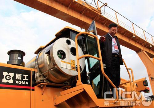 中国工程机械工业协会用户工作委员会侯宝佳秘书长体验厦工XG956HLNG产品