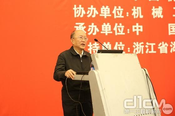 中国机械工业联合会执行副会长蔡惟慈作报告