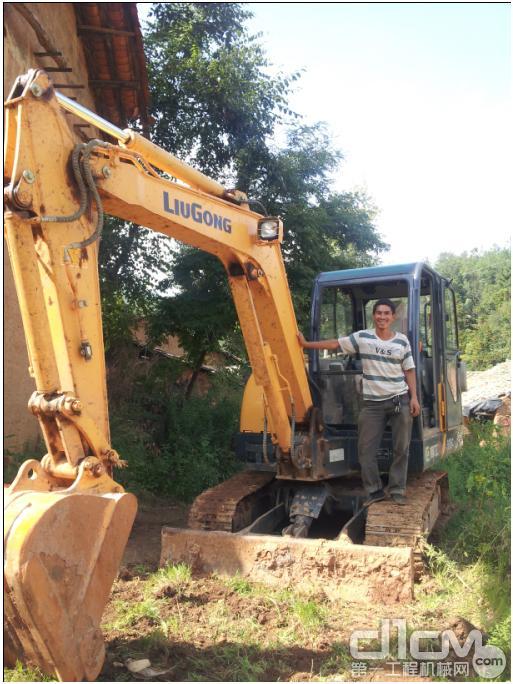 挖掘机装石头这装大卡车司机脸都绿了