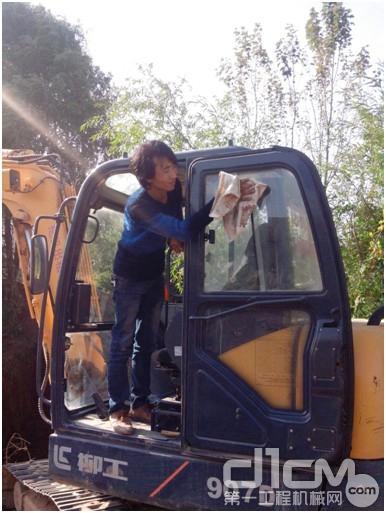 徐工小型挖掘机功能优异 新疆商场受好评