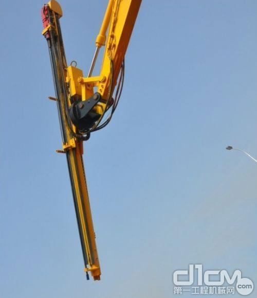 燎原全液压凿岩挖掘机正在进行360度旋转钻孔演示