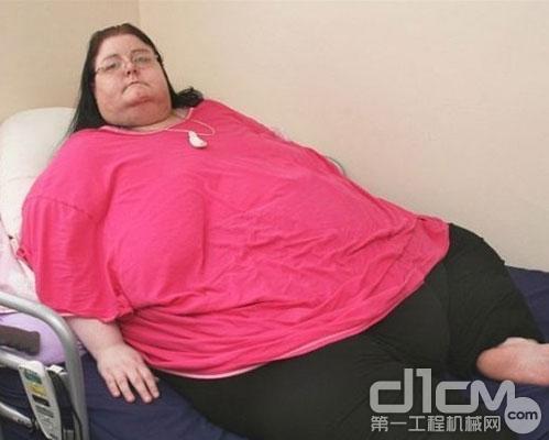 起重机搬运胖女遗体