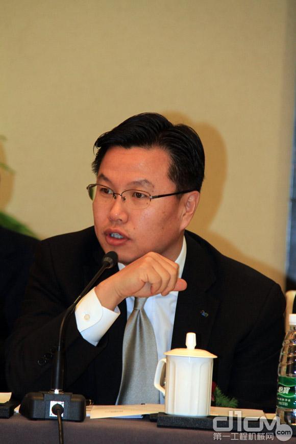 斗山工程机械亚太和新兴市场及中国营业事业部总裁安熙殷回答记者提问