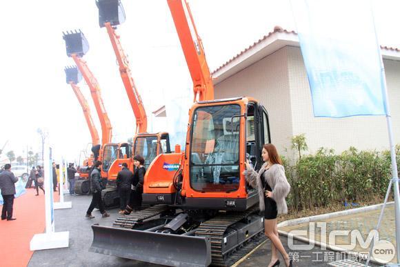 斗山新品发布会展出的DX75和DX120新型挖掘机