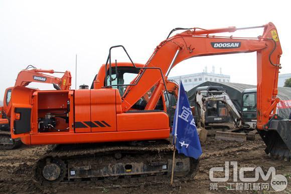 DX120挖掘机采用最新适用紧凑型牢固结构的4缸电喷发动机