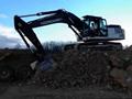 HMK370 LCHD挖掘机在装载BELL自卸车