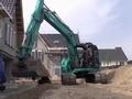 神钢KOBELCO SK140SR 在建造停车场