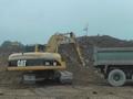 卡特320C挖掘机在装载卡车施工