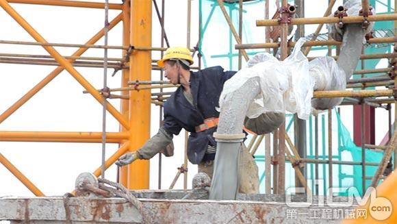 三一拖泵将C100超高强度混凝土泵送至620米高度
