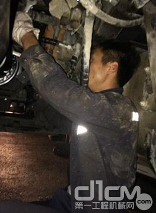 三一起重机江苏振轩服务工程师苏洲在为用户维修设备