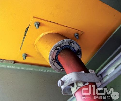挖掘机底部的电缆穿隔密封
