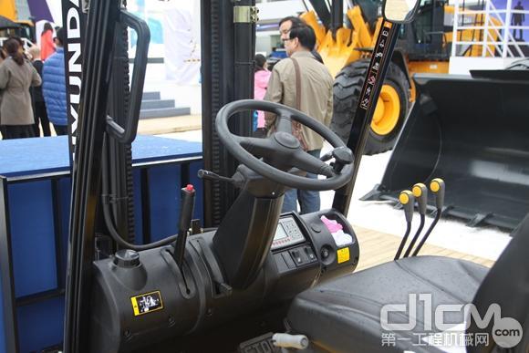 现代HB15S三支点电动平衡重式叉车亮相宝马展