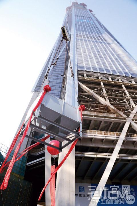 平安大厦核心筒最后一方混凝土被运送至塔顶