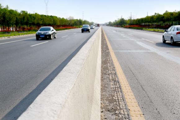 提升交通安全:混凝土防撞墙可有效防止因车辆冲撞入