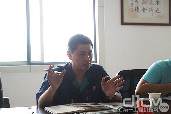 山东华盛中天工程机械有限责任公司副总经理庄新晓接受采访
