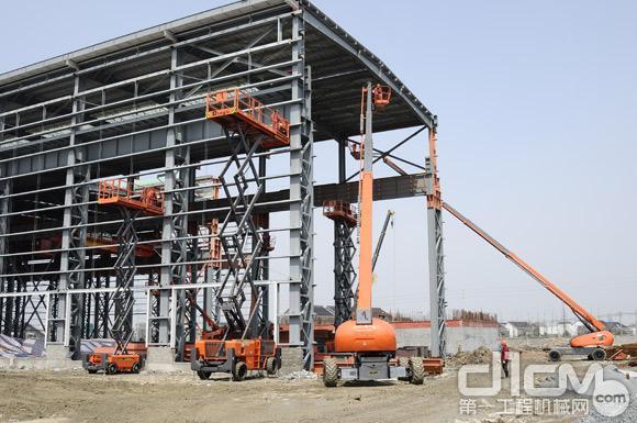 多架高空作业平台设备在现场施工