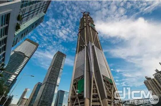 建设中的深圳第一高楼平安金融中心 这一幕发生在平安金融中心555米的高空。然而,让现场的专家、行业人士以及媒体记者好奇的是,平安金融中心混凝土结构只有555米,如何完成1000米的泵送试验? 解决这一难题的关键是将水平直管铺就的2300米管道,折算成纵向高度1000米。据悉,试验人员根据平安金融中心的实际泵送数据,对混凝土性能以及泵送阻力进行了分析和现场验证,最后成功得出混凝土性能及设备匹配恰当的换算比,提出了使用水平直管及弯头转换竖向高度的试验方式。在本次试验中,共使用直管总长度达到2300米,折算
