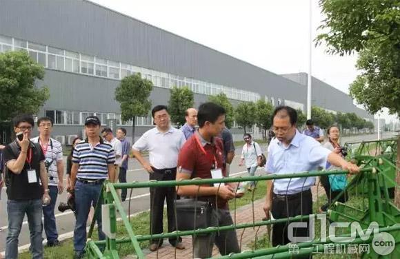 媒体采访团记者现场采访中联重科农业机械相关领导