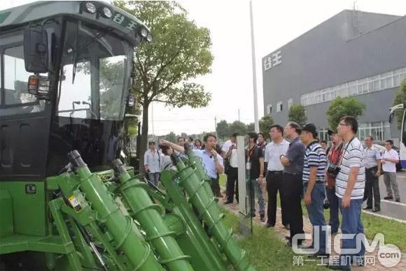 记者们参观中联重科农业生产机械化整体解决方案系列产品