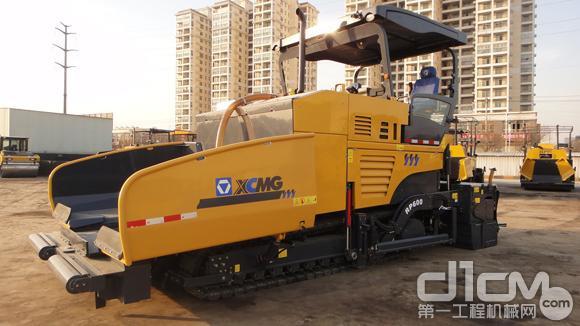 拥有超薄磨耗层养护施工技术的徐工RP600洒布摊铺机
