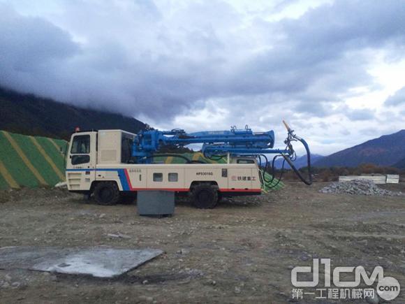 图为喷射台车在施工现场准备喷射作业