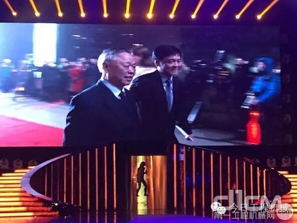 杨世祥(左)和杨涛总经理一起走红毯