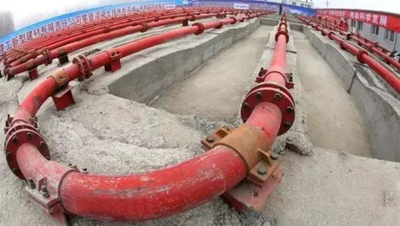 三一泵送服务人员搭建了一条1590米长的管道