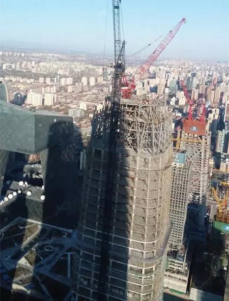 """""""中国尊""""的超高层建筑正在施工"""