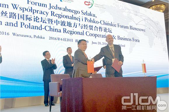 柳工集儿子团弄董事长曾光装置(左)与波兰国度研发中心代表签名合干协议