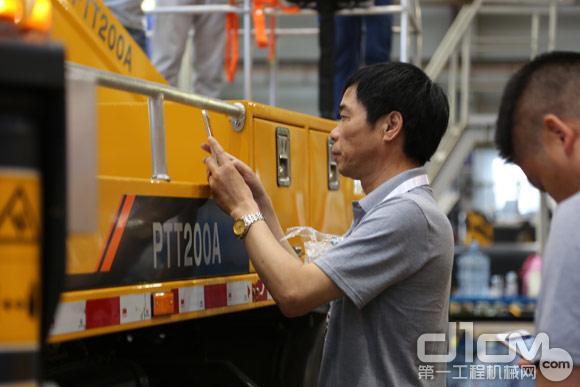 客户观摩柳工车载式高空作业车