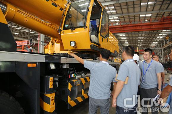用户与柳工汽车起重机工程师沟通产品体验