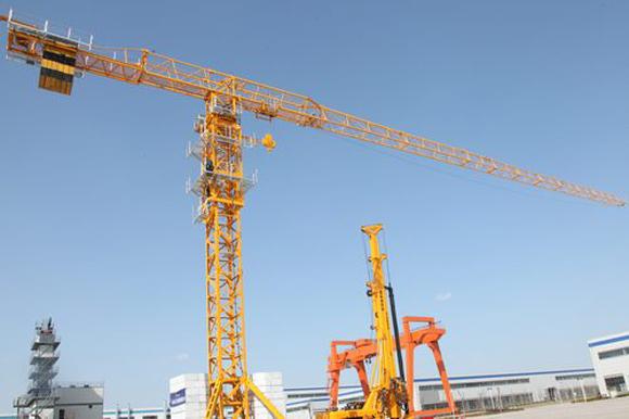 陕建机械STC7020塔式起重机 STC7020塔机是一款平头塔机,臂长70m,最大吊重12T,独立高度51.7m,采用全变频起升、回转控制,它是一款适用于房建、市政、路桥和工业工程施工的一款新型中高端塔机,目前国内技术领先,应用广泛,市场前景看好,是陕建机械十三五规划中产品试制开发的一个重点。