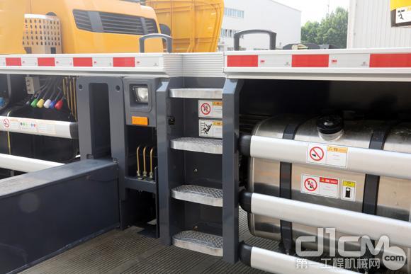 徐工XCT25L5底盘高质量的铝合金全覆盖的走台板、油箱及护栏,防腐防锈,品质感强
